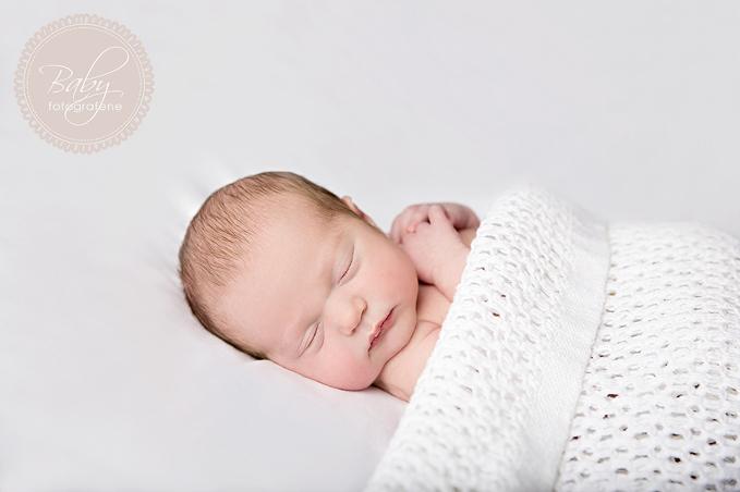 nyfødt, gutt, naturlig nyfødt, familie og nyfødt, mor og barn, far og barn, sort bakgrunn, hvit bakgrunn